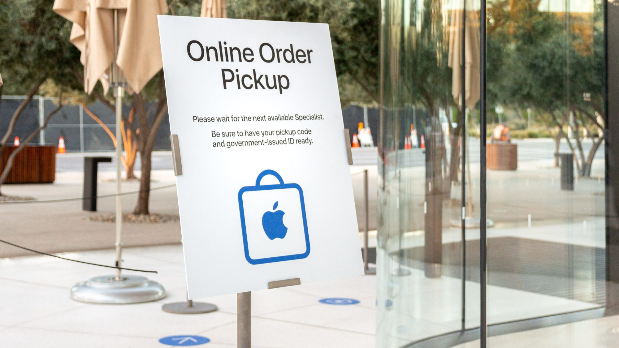COVID-19 closes nearly 100 Apple Stores during holiday season peak